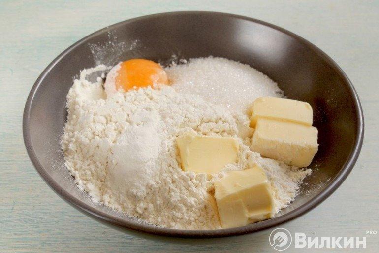 Мука, масло, сахар и яйцо