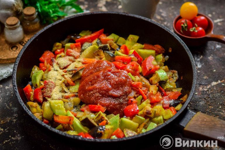 Добавление томата к овощам