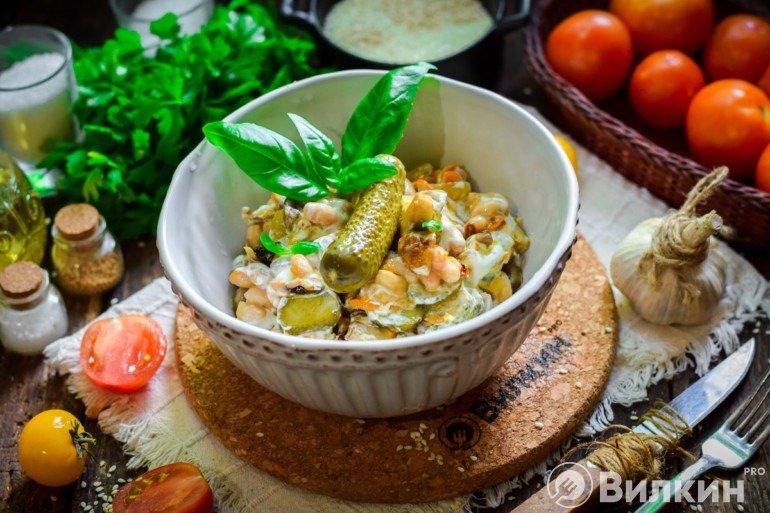 Салат с фасолью, маринованными огурцами и грибами