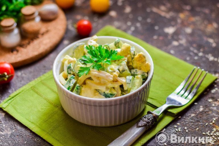Готовый салат с кальмарами, огурцами и яйцами