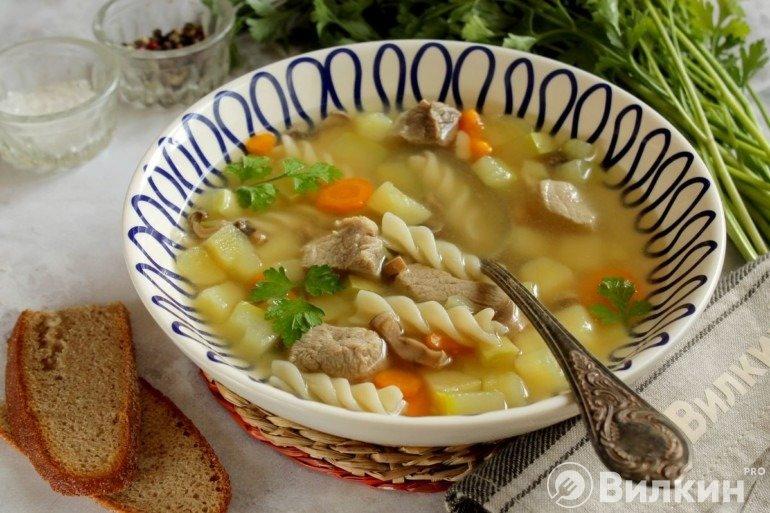 Порция супа с макаронами, овощами и мясом