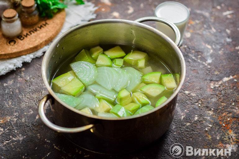 Закладка овощей в кастрюлю