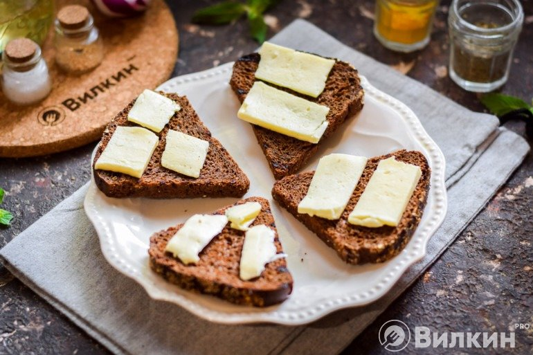 Укладка брынзы на кусочки хлеба
