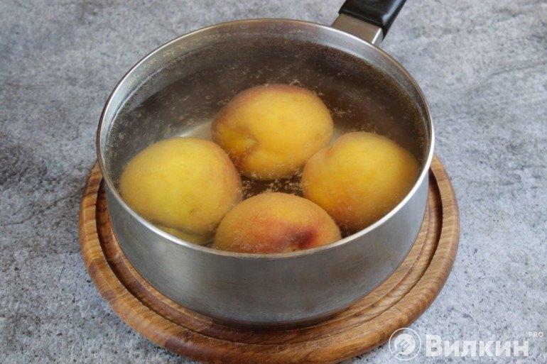 Персики в воде