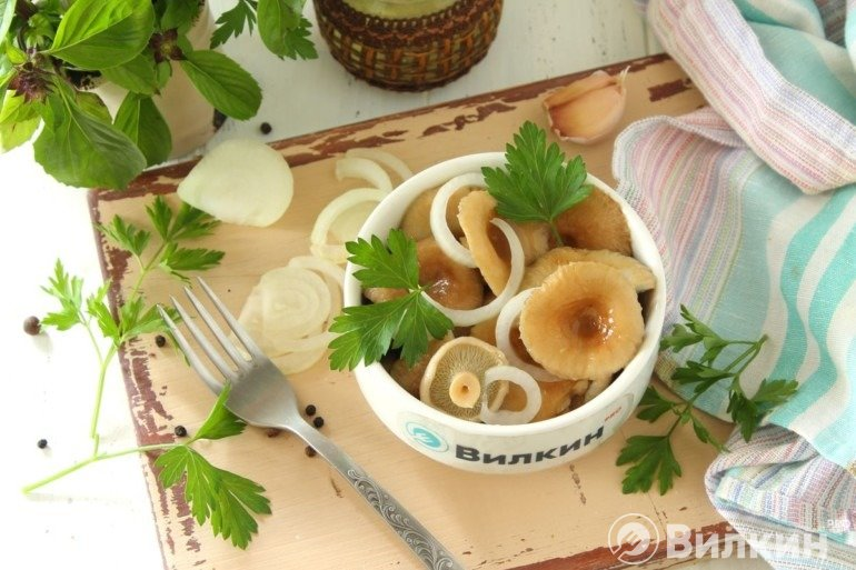 Закуска из маринованных рыжиков