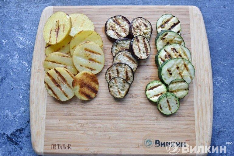 Обжаренные овощи на сковороде-гриль