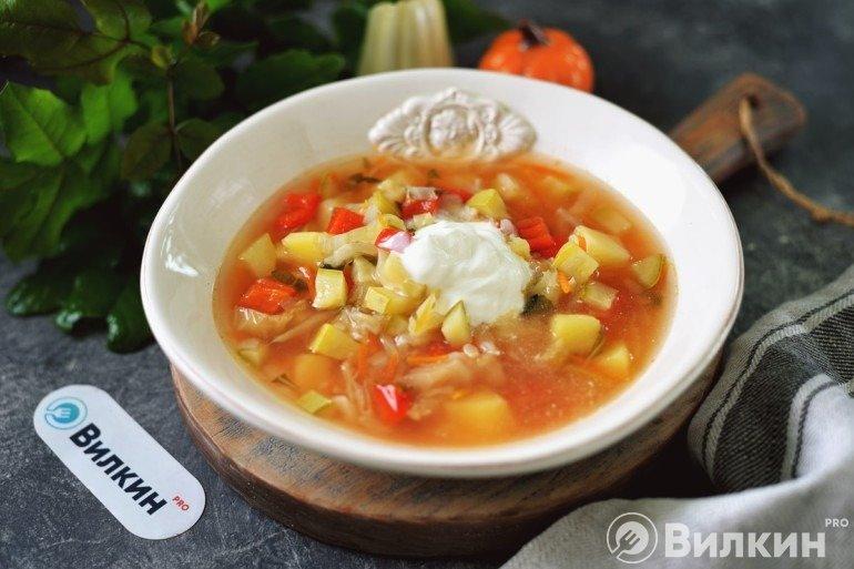 Овощной суп с кабачками и сметаной на обед
