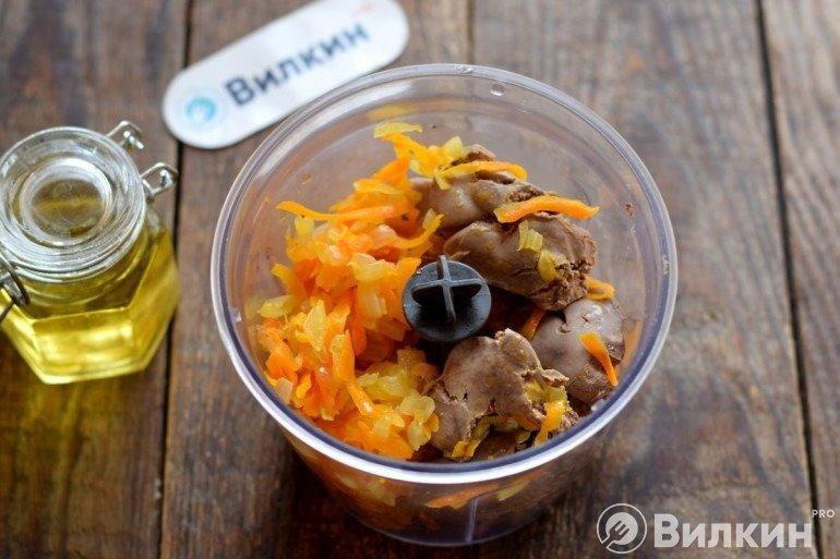 Обжаренные овощи с печенью в чаше