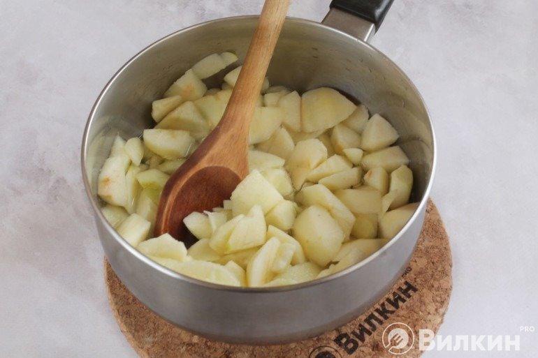 Яблоки в сотейнике