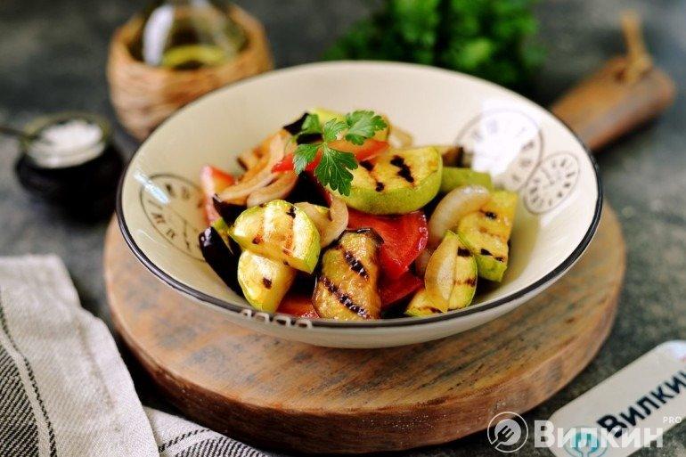 Полезный салат из жареных кабачков и баклажанов
