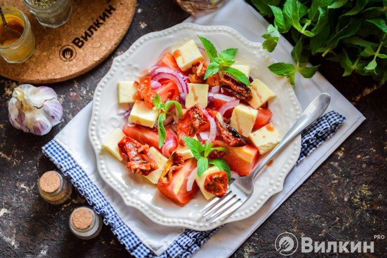 Вкусный салат из помидоров и красного лука