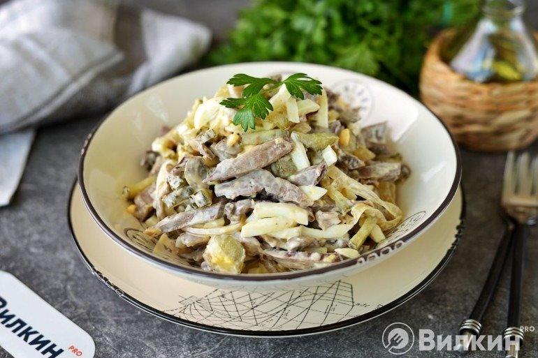 Салат с сердцем свиным и маринованными огурцами