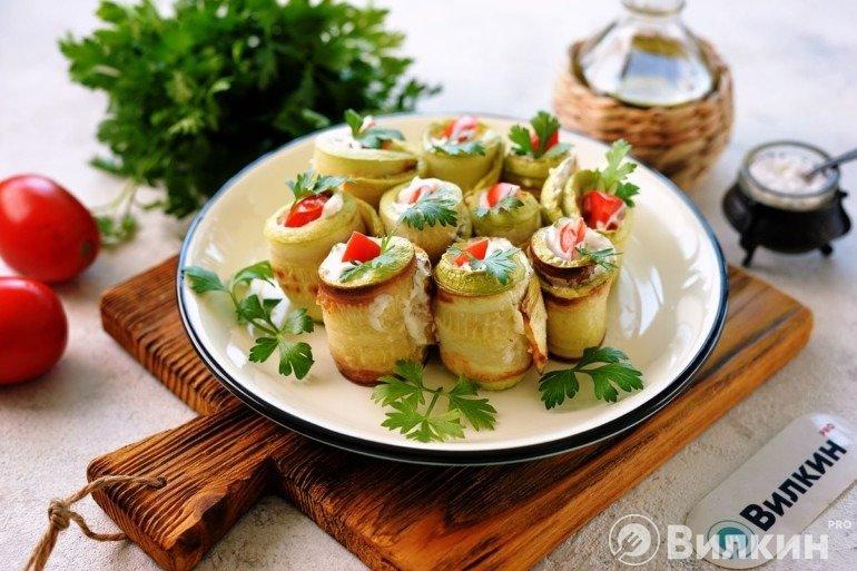 Жареные кабачки с чесноком и помидорами