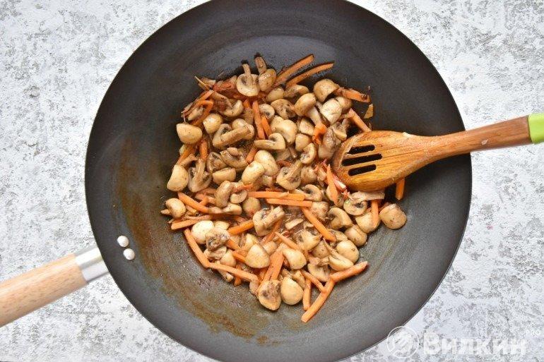 Обжарка моркови и грибов