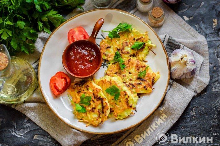 Подача оладий из кабачков и картофеля с соусом