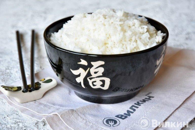 Порция рассыпчатого риса в тарелке