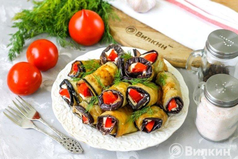 Рулеты из баклажанов с помидорами и чесноком