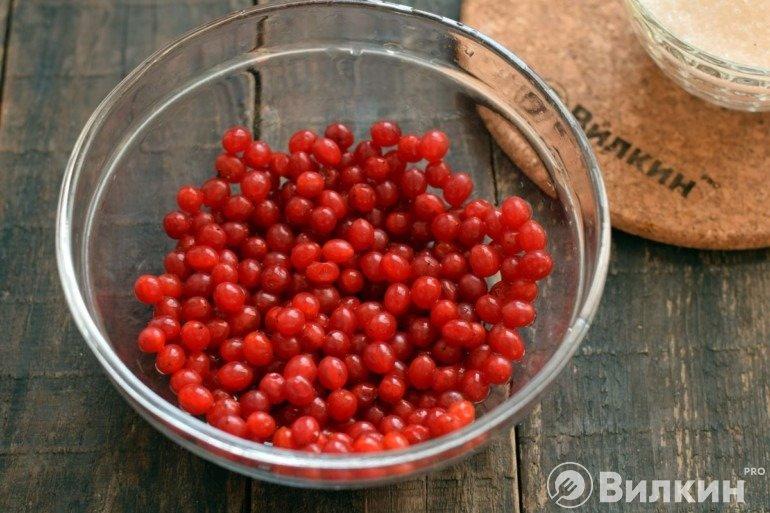 Освобождение ягод от веточек