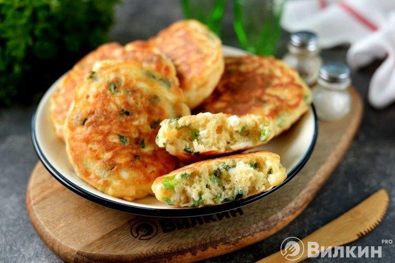 Воздушные ленивые пирожки с зеленым луком и яйцом