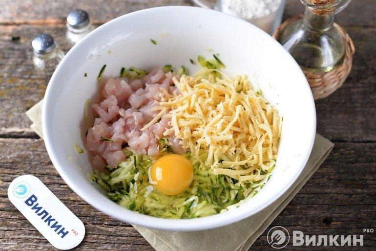 Добавление яйца, сыра и куриного филе