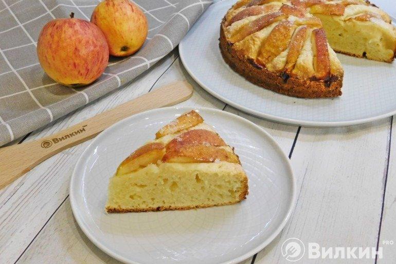 Кусочек творожного пирога с яблоками