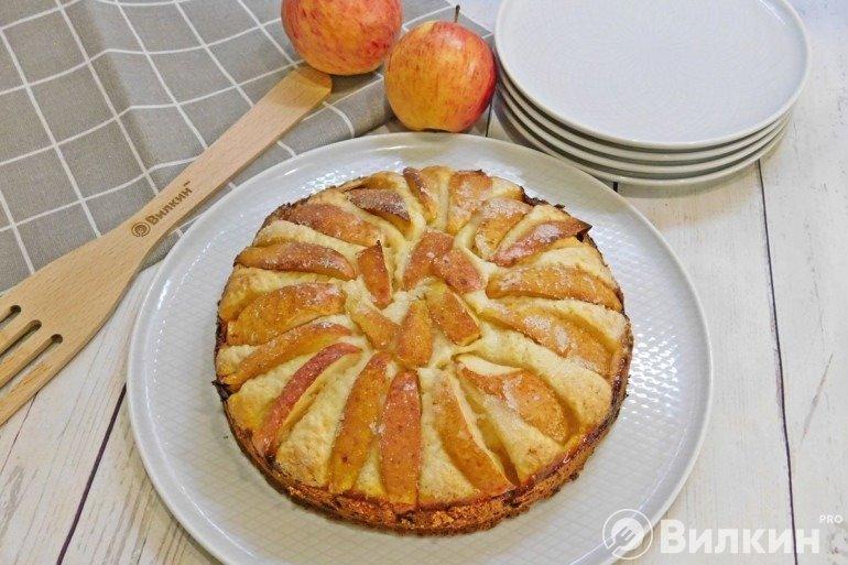 Готовый пирог с творогом и яблоками