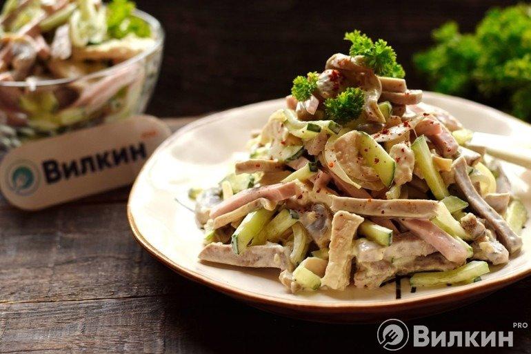 Салат «Фаворит» с курицей и грибами