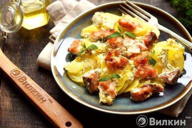 Семга с картошкой в сливочном соусе