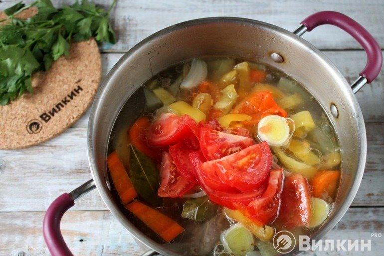 Добавление перца с томатами в кастрюлю