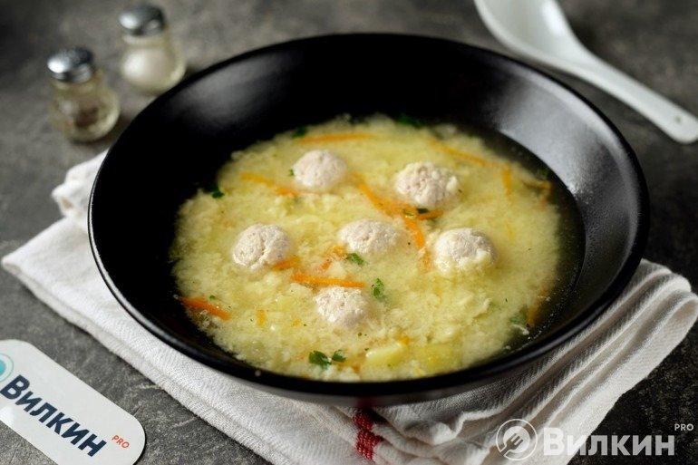 Порция супа с клецками и фрикадельками