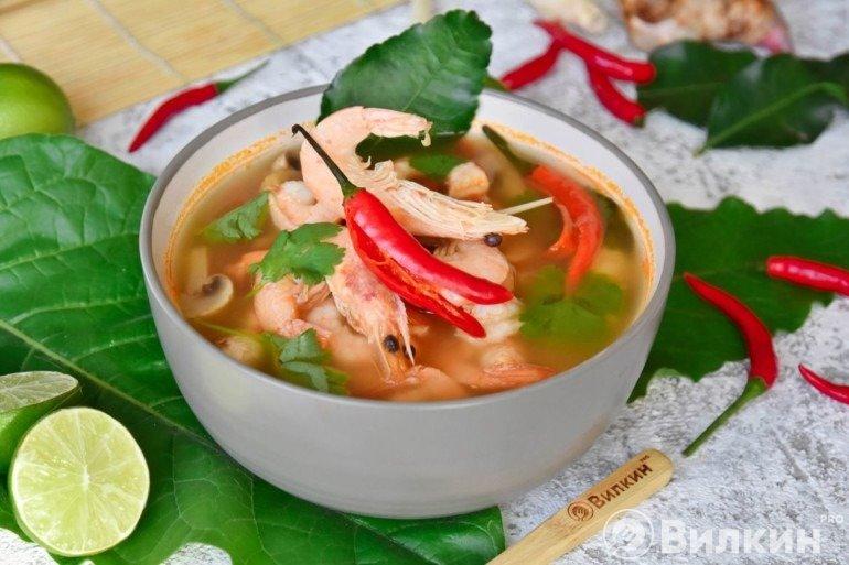 Порция супа тайской кухни