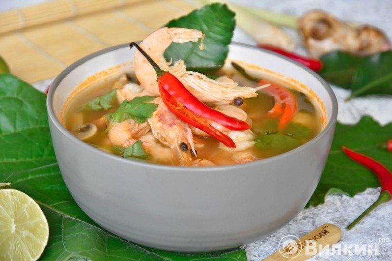 Подача супа Том Ям Кунг на обед