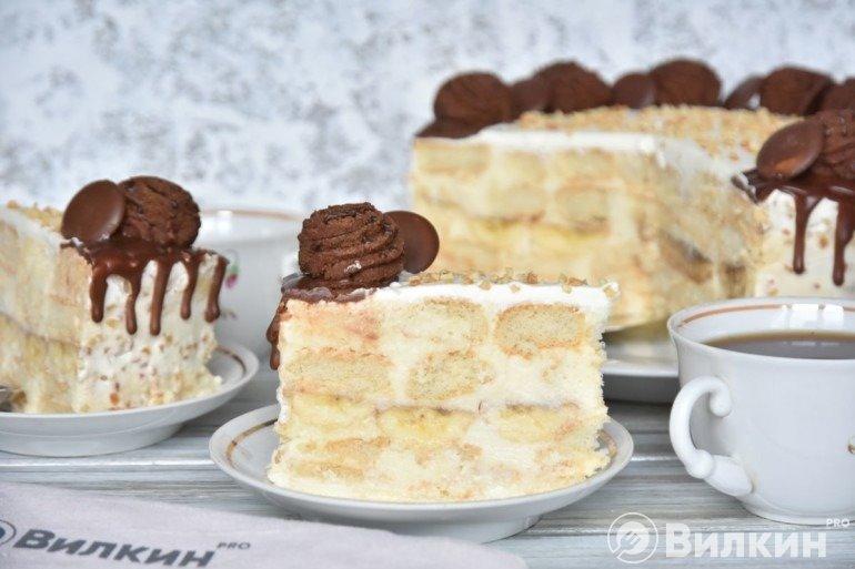 Кусочек бананового торта на десерт
