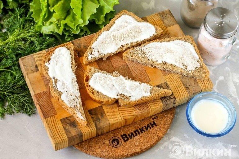 Намазывание хлеба сметаной