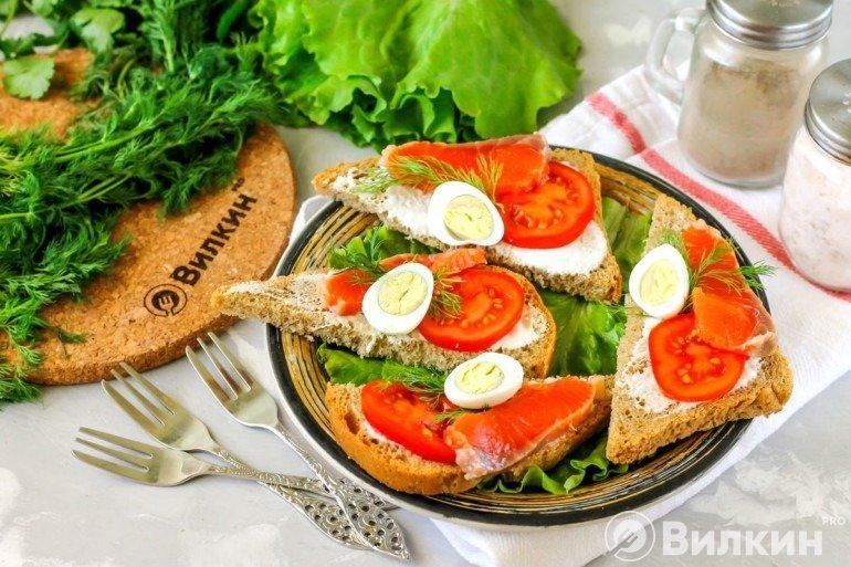 Подача бутербродов с соленой горбушей и помидором