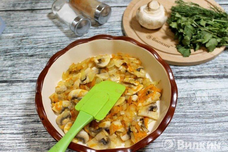 Укладка овощей с грибами в форму