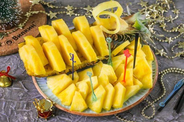 Тарелка с ананасами на новый год