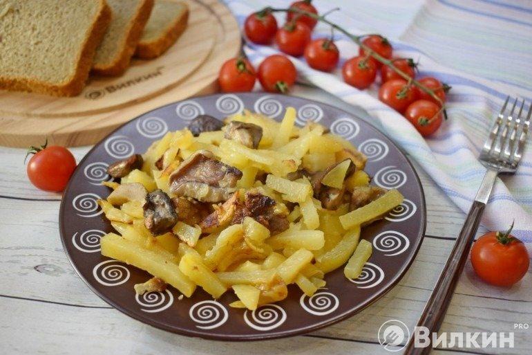 Подача жареной картошки с белыми грибами к столу