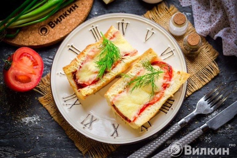 Мегабагет с колбасой, помидорами и сыром