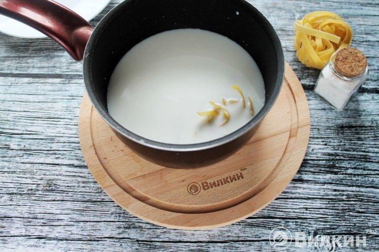 Закладка лапши в молоко