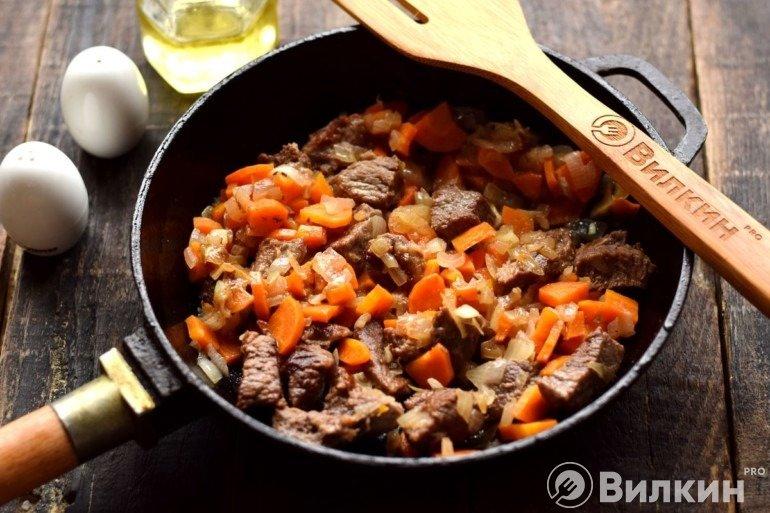 Добавление овощей к мясу
