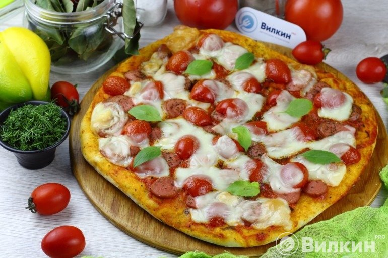 Пицца с сосисками и сыром