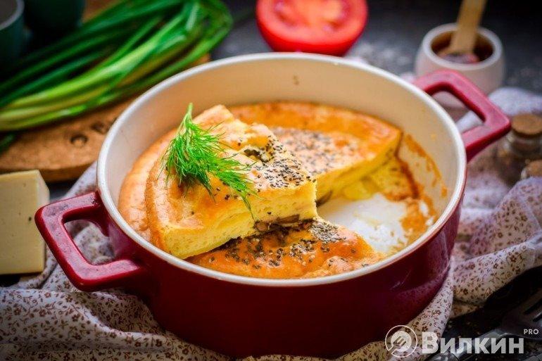 Кусочек вкусного пирога с грибами и картошкой