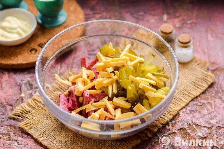 Соединение ингредиентов в салатнике