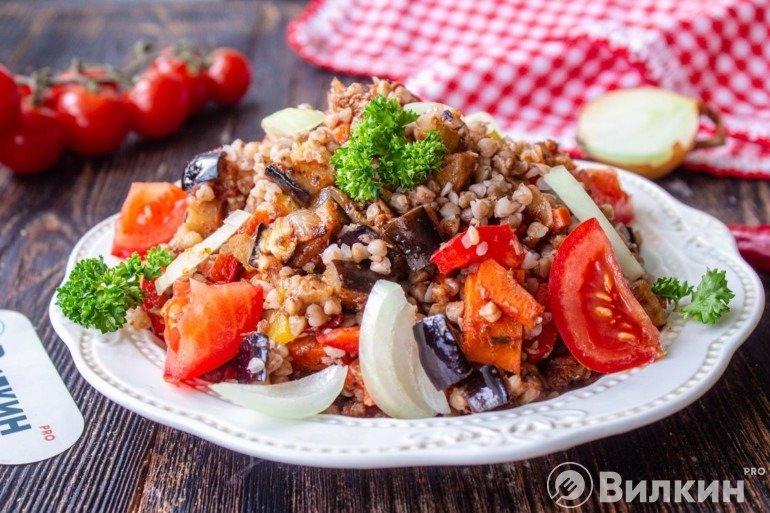 Теплый салат из овощей и гречки