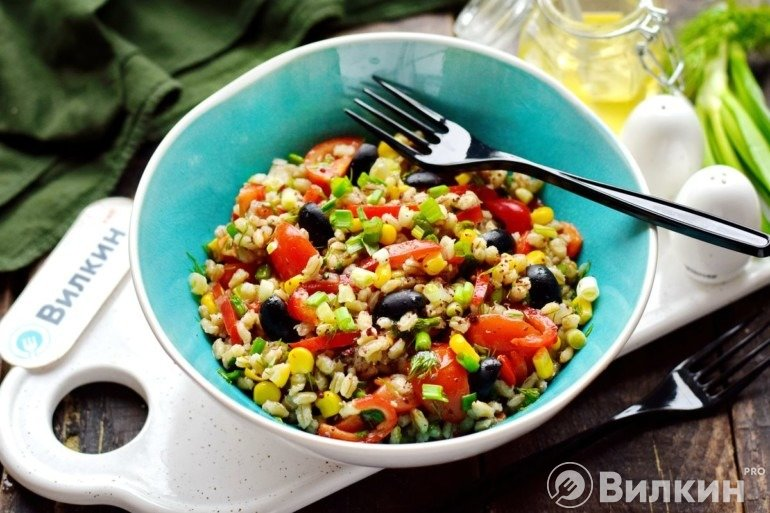 Постный салат с перловкой и овощами
