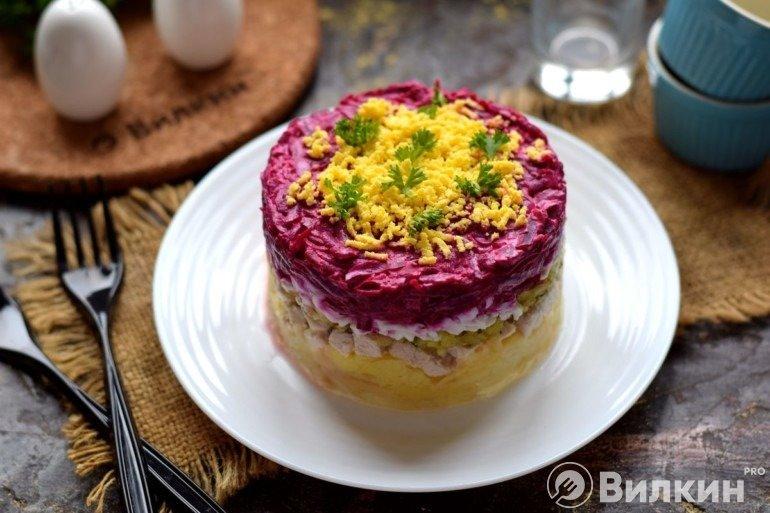 Слоеный салат с курицей и свеклой