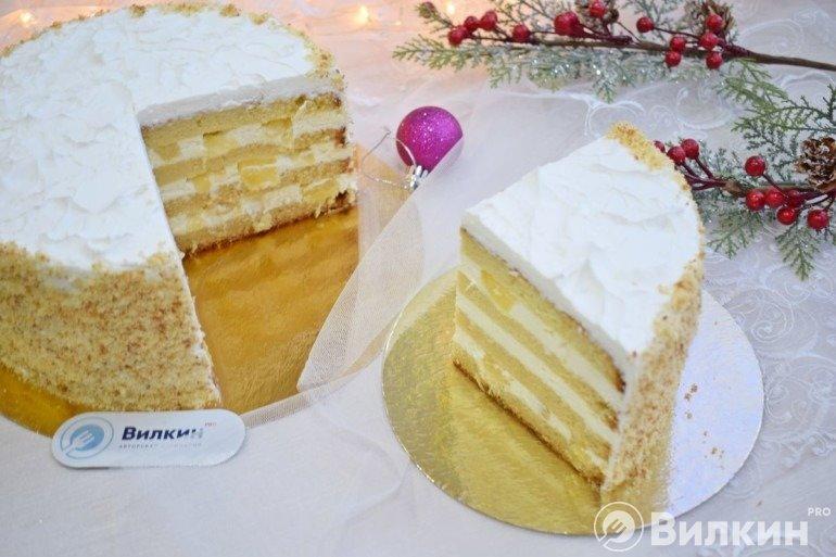 Бисквитный торт с фруктами на праздничный стол