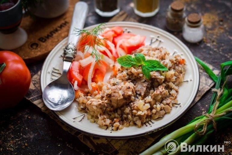 Порция гречневой каши с мясом и грибами