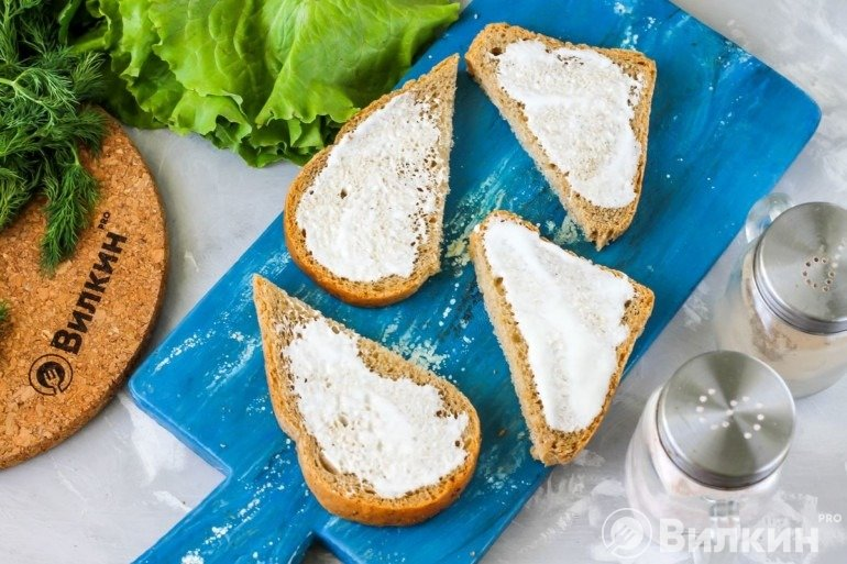 Хлеб, смазанный сметаной